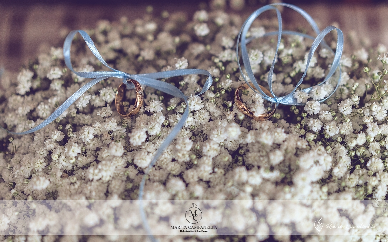 matrimonio tema viaggio portafedi fiori