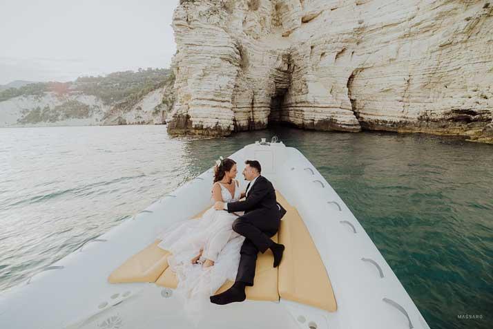 matrimonio antonio e annarosa sdraiati in barca
