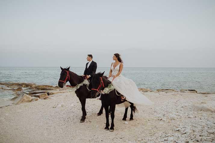 matrimonio antonio e annarosa sposi a cavallo