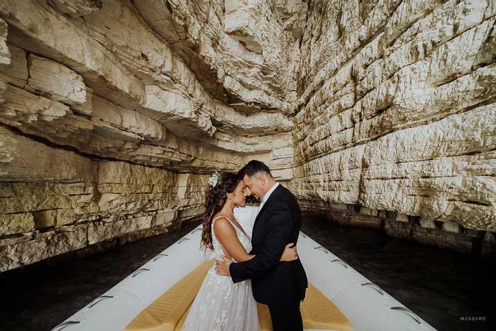 matrimonio antonio e annarosa sposi in barca con scogliera